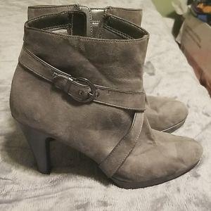 Shoes - Super cute low cut boot mid heel chukka boots